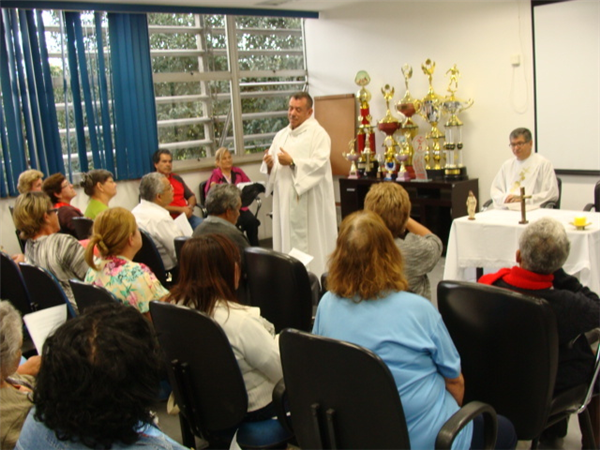 Padre Alécio celebra Santa Missa e lembra mês das vocações
