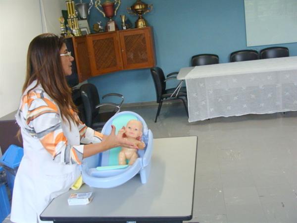 Banho no bebê  e uso de drogas na gestação  foram temas  no curso de gestantes  HGT.
